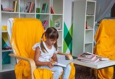 Niño en biblioteca Imágenes de archivo libres de regalías