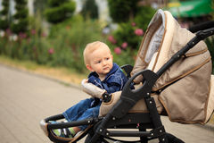 Niño en carro de bebé Imagen de archivo