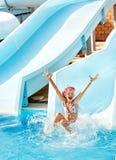 Niño en diapositiva de agua en el aquapark. Imágenes de archivo libres de regalías