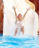 Niño en diapositiva de agua en el aquapark. Foto de archivo libre de regalías