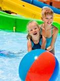 Niño en diapositiva de agua en el aquapark Imagen de archivo libre de regalías