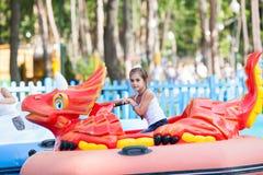 Niño en el barco - el cisne monta en el parque Fotografía de archivo libre de regalías