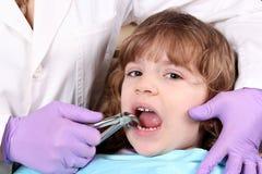 Niño en el dentista Imagen de archivo libre de regalías