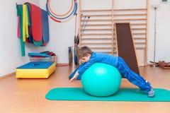 Niño en el gimnasio Fotos de archivo libres de regalías