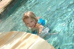 Niño en la piscina Fotografía de archivo