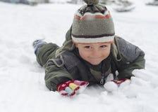 Niño en nieve en invierno Foto de archivo libre de regalías