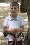 Niño en parque de la aventura Foto de archivo libre de regalías
