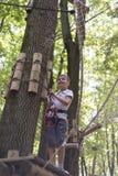 Niño en parque de la aventura Imagen de archivo