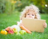 Niño en parque de la primavera Fotografía de archivo libre de regalías