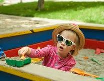 Niño en patio en parque del verano Imagenes de archivo