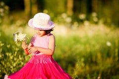 Niño en un campo de flor Imágenes de archivo libres de regalías