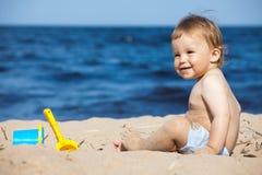 Niño en una playa Fotos de archivo