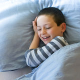 Niño feliz que despierta Fotografía de archivo libre de regalías