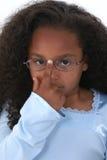 Niño hermoso de la muchacha que empuja hacia arriba los vidrios Foto de archivo libre de regalías