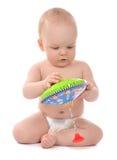 Niño infantil del bebé del niño que juega con el juguete de la perinola Imágenes de archivo libres de regalías