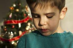 Niño infeliz en la Navidad Imagen de archivo