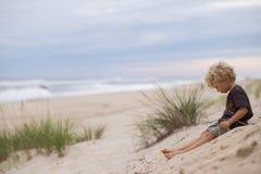 Niño joven en la playa arenosa Fotografía de archivo libre de regalías