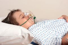Niño mal con la máscara de oxígeno Imágenes de archivo libres de regalías