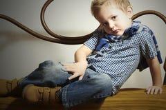 Niño. Niño pequeño hermoso. Niños de la moda Fotografía de archivo libre de regalías