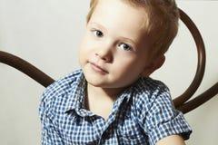 Niño. Niño pequeño hermoso. Niños de la moda Fotos de archivo libres de regalías