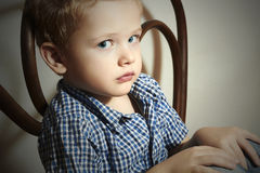 Niño. Niño pequeño triste. Moda Children.Emotion Imagenes de archivo