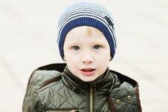 Niño pequeño al aire libre Imagen de archivo libre de regalías