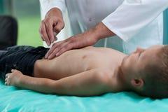 Niño pequeño con el estómago de dolor Imagen de archivo