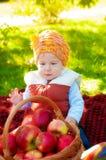 Niño pequeño con la manzana en otoño Imágenes de archivo libres de regalías