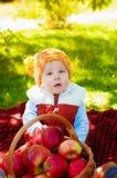 Niño pequeño con la manzana en otoño Fotos de archivo