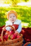 Niño pequeño con la manzana en otoño Fotografía de archivo libre de regalías
