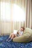 Niño pequeño con la sonrisa de la computadora portátil Imágenes de archivo libres de regalías