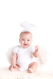 Niño pequeño con las alas del ángel, aisladas en el fondo blanco Imagen de archivo libre de regalías