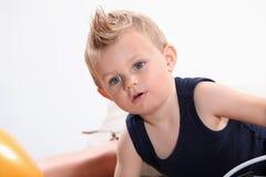 Niño pequeño con un penacho. Imagenes de archivo