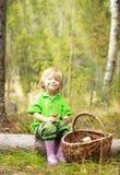 Niño pequeño en el bosque con la cesta Fotografía de archivo