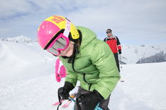 Niño pequeño en el esquí con su familia Foto de archivo libre de regalías