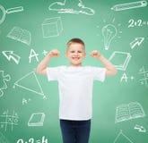 Niño pequeño en la camiseta blanca con las manos aumentadas Foto de archivo libre de regalías