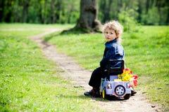 Niño pequeño en un juguete-car en parque Fotografía de archivo libre de regalías