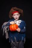 Niño pequeño en un traje del pirata para Halloween en un fondo negro Imagen de archivo