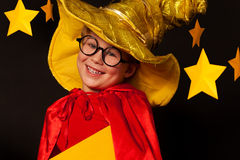 Niño pequeño lindo en vidrios y traje del vigilante del cielo Fotos de archivo libres de regalías