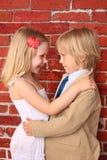 Niño pequeño que abraza a una muchacha bonita. Concepto del amor Imagen de archivo libre de regalías