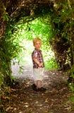 Niño pequeño que sonríe en el bosque Fotografía de archivo libre de regalías