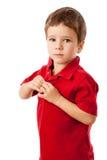Niño pequeño serio en camisa roja Fotografía de archivo