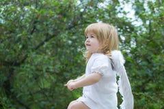 Niño pequeño vestido como ángel Imagen de archivo