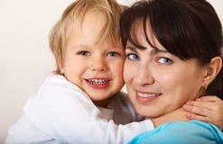 Niño que abraza a su mama Fotos de archivo