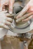 Niño que aprende cómo hacer un pote, viejo alfarero h Fotos de archivo