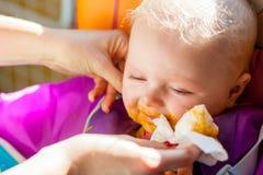 Niño que aprende comer Imagen de archivo