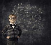 Niño que aprende las matemáticas, niños educación, estudiante Math del niño Imagen de archivo