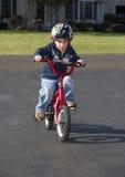 Niño que aprende montar la bici Fotos de archivo libres de regalías