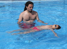 Niño que aprende nadar, lección que nada Foto de archivo libre de regalías