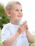 Niño que bebe el agua pura Imagenes de archivo